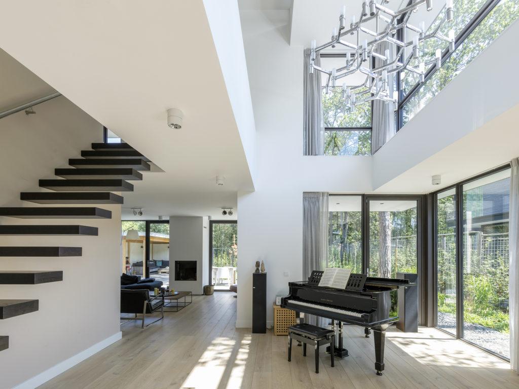 vide en zwevende trap in modern woonhuis door Engel Architecten