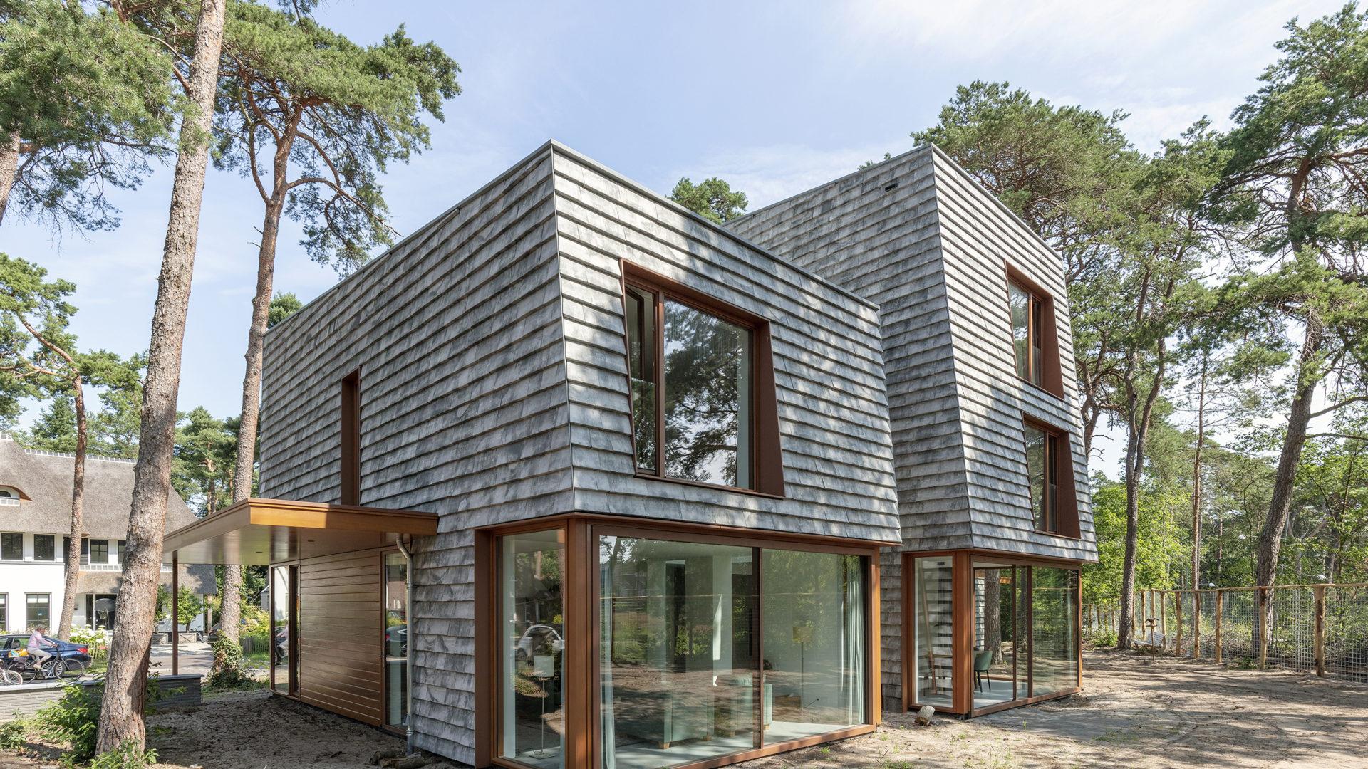 achterzijde moderne villa met Petersen Covers