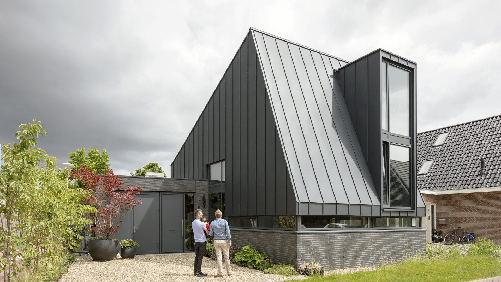 Stoer zwart woonhuis met een verrassend interieur