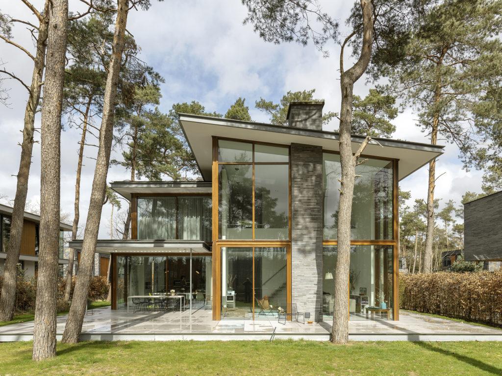 achtergevel moderne villa in de bossen in zeist door engel architect