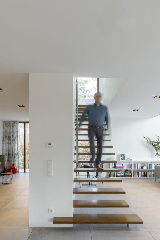 zwevende trap modern woonhuis in de bossen in zeist