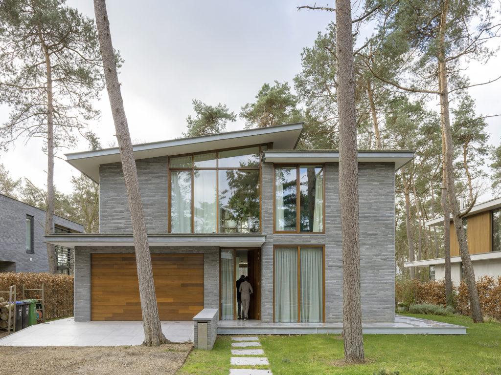 voorzijde modern woonhuis in de bossen in zeist