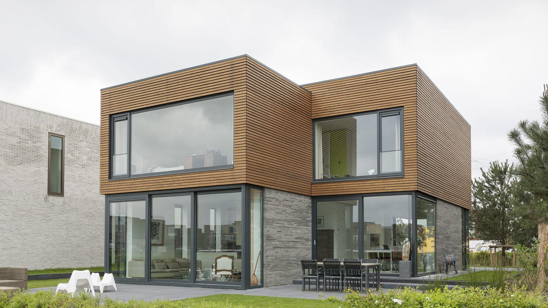 achtergevel van het moderne huis op IJburg