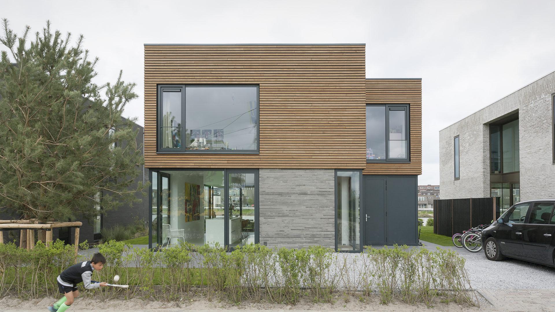 voorgevel van het moderne huis op IJburg door engel architect