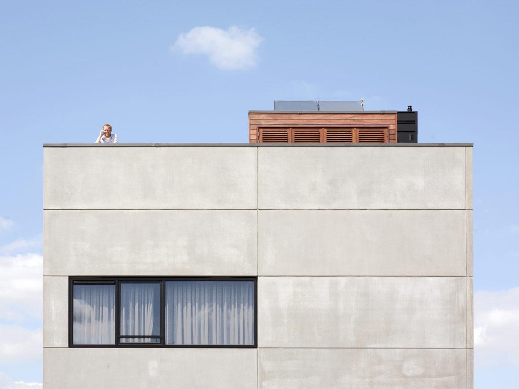 exterieur van de betonnen kubusvilla in Aalsmeer