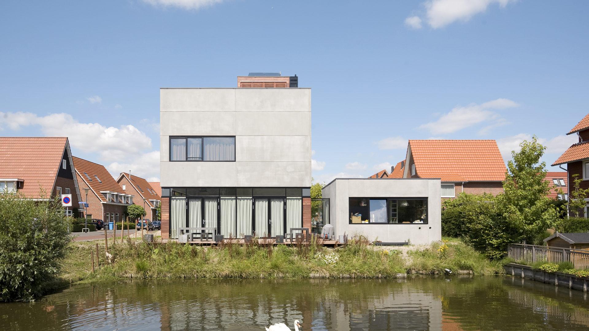 exterieur van de kubuswoning in Aalsmeer