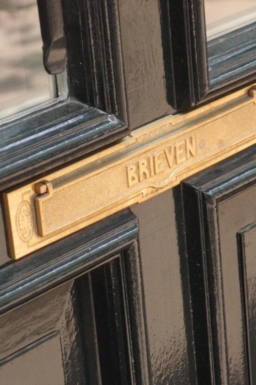 detail van de klassieke brievenbus van het verbouwde woonhuis aan de hogeweg in amsterdam